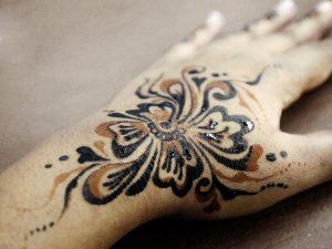 Frissen fesetett fekete henna, mely korábbi barna hennára került
