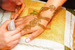 Hennafestés tölcsérrel